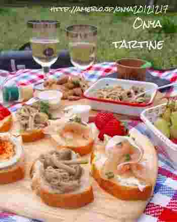 タルティーヌは、フランスのオープンサンドイッチ。上にのせる具材を容器に入れて持参し、現地で各自が好きにのっけてタルティーヌパーティーを楽しみます♪シャンパンやノンアルコール飲料などもお忘れなく。
