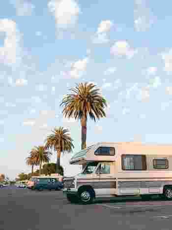 子供のころ、お泊り会に胸が高鳴る経験をしたことは誰にでもあるはず。そんな懐かしいワクワクを運んでくれるのが「レンタルキャンピングカー」です。