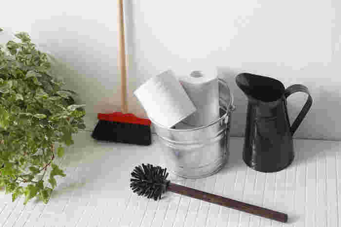 水まわりのお掃除は、とくに冬はおっくうですね。でも、素敵なアイテムがあれば、お掃除のやる気もアップ!こちらは、アンティーク調のおしゃれなトイレブラシ。持ち手は優しい木製で、コシのある長めの毛が隅々まで届き、溝もきれいになります。ピッチャー型のブラシスタンド(写真右端)もとてもスタイリッシュ。