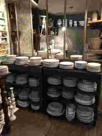 パリ市内に工房もある、パリで唯一の陶器のブランド、アスティエ・ド・ヴィラット。オリジナリティあふれる独特の白い陶器は、日本でも大人気です。  パリのサントノレ通りにあるお店では、陶器類が豊富なラインナップ。陶器を購入して持ち帰るのはちょっと勇気が要りますが、ここでしか手に入らない食器類などは、自分へのご褒美アイテムとしておすすめです。  食器類が有名なAstier De Villatte(アスティエ・ド・ヴィラット)ですが、実は雑貨類も素敵なんです!陶器を使った動物のオブジェや、文房具など、欲しいものがいっぱい。ぜひこちらもチェックして。