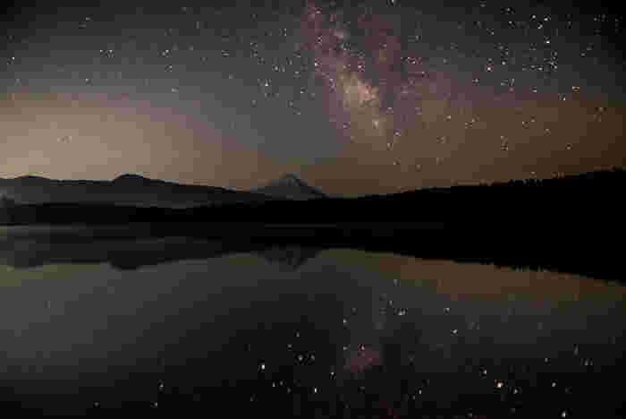 日本の国有種あり絶滅種であったクニマスが70年ぶりに再発見されたとしてニュースでも取り上げられた西湖。有名な青木ヶ原樹海が南側に広がっており、コウモリ穴周辺を巡るツアーなども人気の観光スポットです。また、お天気のいい日の星空はとても美しく天の川撮影に訪れる人も多い湖です。
