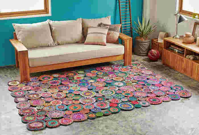 ■マルチカラーが可愛いインド製ラグ 様々な色が織り込まれ、個性的なデザインのラグはインド製。大小の円形モチーフがユニークですね。ぱっと明るいラグは夏のリビングに似合いますよ。