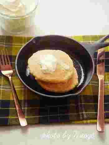 おからや大豆粉などの大豆製品を使えば、高たんぱく低糖質のパンケーキも作れます!はちみつをかける代わりに、バターをたっぷりと付けて風味を楽しみましょう♪
