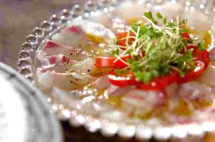 鯛の刺身を使った、簡単でおしゃれな一品といえば、まずはカルパッチョですね。前菜として、ワインや冷酒のおともにもなります。ケイパーやオリーブの実を加えると、さらにきれい。