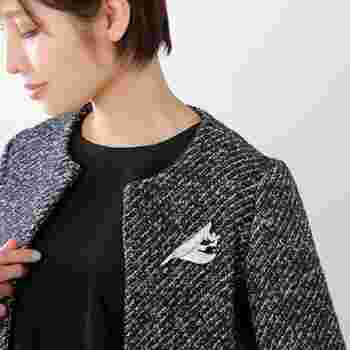 カッチリ目のジャケットも、素敵なブローチを付けるだけでスペシャル感がアップ!女性らしさがアップしますし、ちょっとの事なのにおめかし感が出ますね。