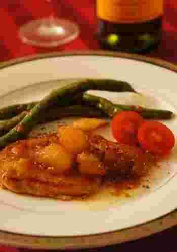 甘酸っぱいリンゴのコンポートを使った豚肉のソテーです。冬の美味しい定番のお料理で、見栄えもいいので、おもてなしにもぴったりですね。