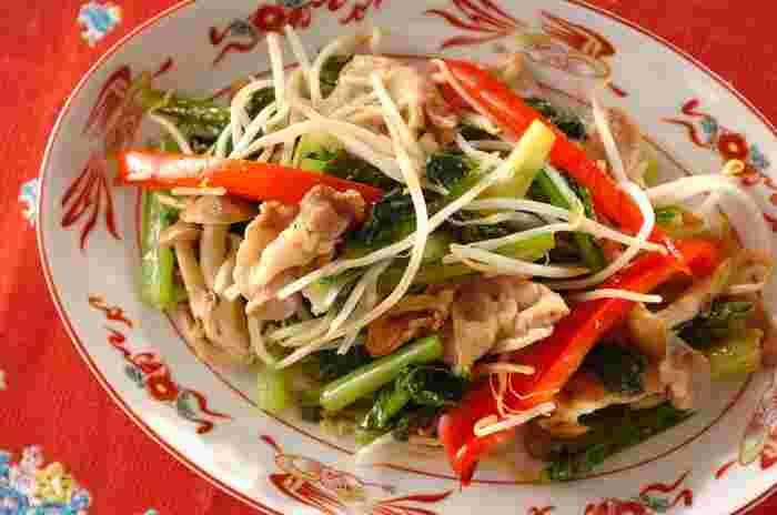 おもな味つけが塩・こしょうの野菜炒めは、アレンジをきかせないと、ちょっと飽きてしまうこともありますね。そんなときは、スープの素を使って、コクとうまみをアップさせるのも効果的。シンプルながらも飽きの来ない、美味しい野菜炒めになります。