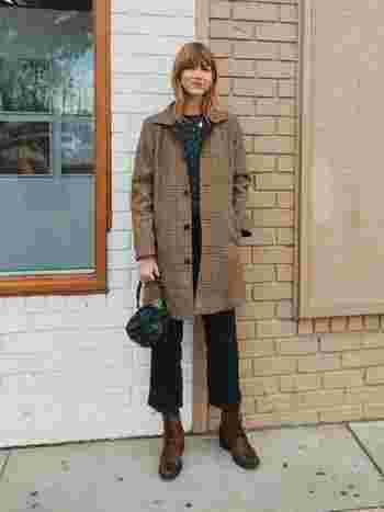 秋らしい落ち着いたチェックのコートに、編み上げブーツが印象的なコーデ。コロンとした革のハンドバッグもポイントに。