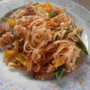 タイの焼きそばとして、各家庭で親しまれているパッタイ。ライスヌードルをメインに、お好みの具材を一緒に炒めて作るお手軽タイ料理です。お好みでナッツを切り刻んで、トッピングしても美味しいですよ。