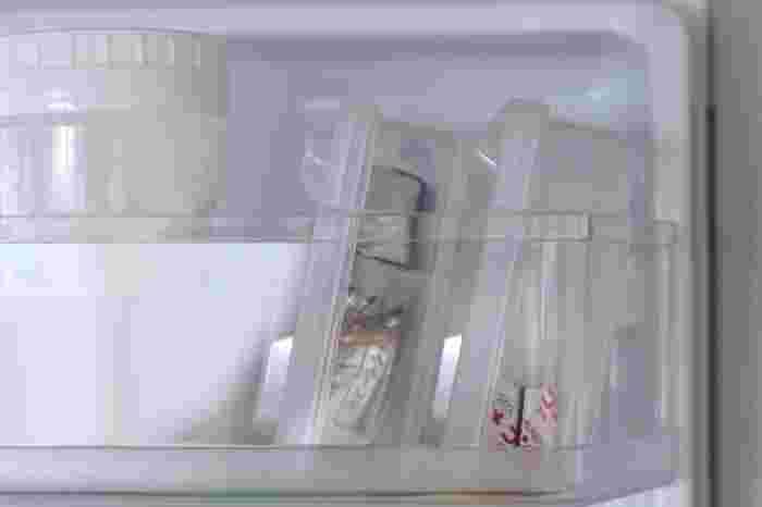 ドアポケットなどちょっとしたスペースにもぴったり収まるので、見た目もすっきりと収納できます。コンソメをはじめ、個包装のドライイーストやベーキングパウダーなどの収納にも◎。細々した物の収納でお困りの方は、さっそくフタが立つケースを取り入れてみてはいかがでしょうか。