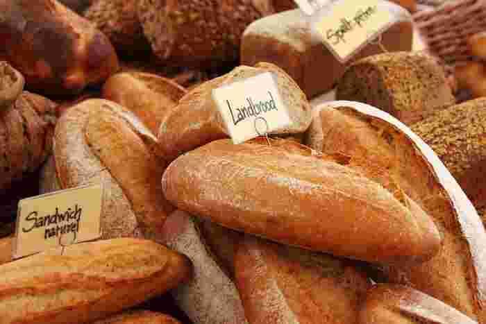 """パンは材料となる小麦粉に含まれる糖質が多いため、ダイエットを意識している方は、皮や胚芽の部分もあわせて粉にした""""全粒粉""""のパンを選ぶことをおすすめします。皮や胚芽に含まれるビタミン、ミネラル、食物繊維なども摂取できますよ。パン好きの方は、パンを我慢するのではなく、材料を選んで食べたいですね。"""