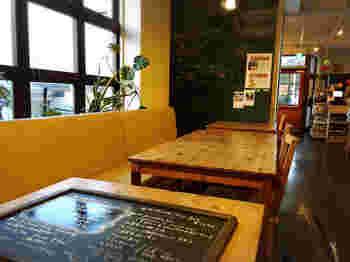 嵐山駅から徒歩3分の場所にある可愛らしいカフェです。ランニング途中にシャワーなどが使える施設、ランニングステーションともなっています。