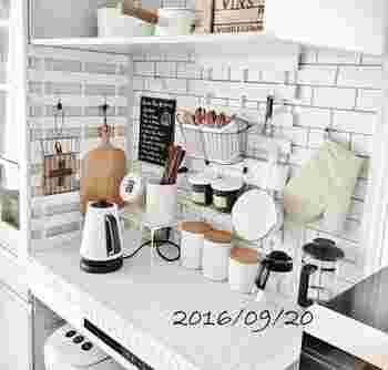 「収納したいモノがあるけれど、これ以上家具を増やせない!」という時でも諦めないで!空いている壁のスペースに、すのこを直接固定すれば、新しくキッチン収納スペースを作れちゃいます♪