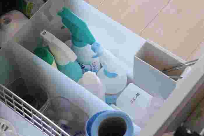 洗剤類はファイルボックスを使って収納すると、汚れたときに洗うのも楽ちん♪ 空いたスペースにはストックを入れて、奥行きを有効活用しましょう。