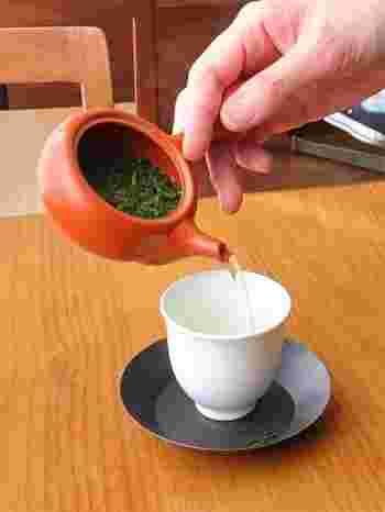 店主の和多田喜(わきたただし)さんは、『日本茶ソムリエ和多田喜の今日からお茶をおいしく楽しむ本』(二見書房)の著作もある日本茶の専門家。 随時、「ほうじ茶のつくり方、淹れ方、楽しみ方」「春のお茶の淹れ方」などの日本茶講座も開催されています。