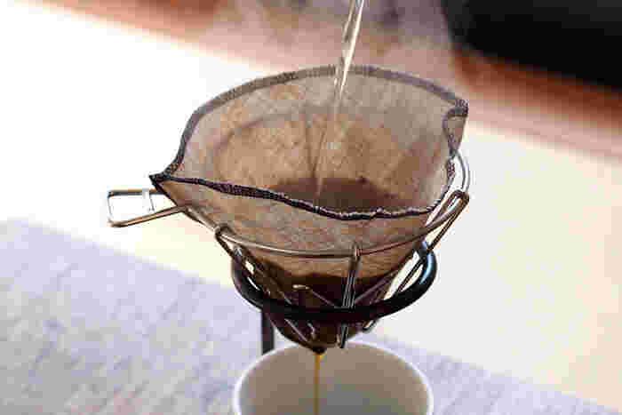 コーヒーフィルターには紙製の使い捨てタイプのほかに、布製のものもあります。こちらのリネンフィルターは洗って何回でも使えてエコ。乾きも早いので手入れが苦になりません。