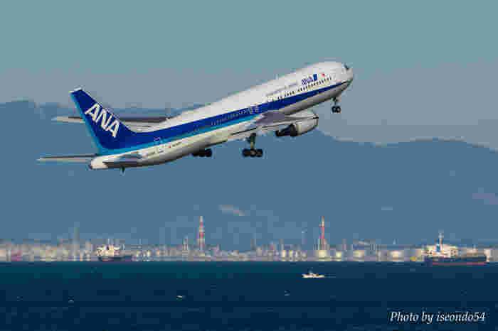 スカイデッキからは、日本国内外へ飛び立ってゆく飛行機を間近で臨むことできます。伊勢湾を背景に大きな音を立てて飛行機が飛び立ってゆく迫力ある瞬間は、大人から子供までもが楽しむことができます。