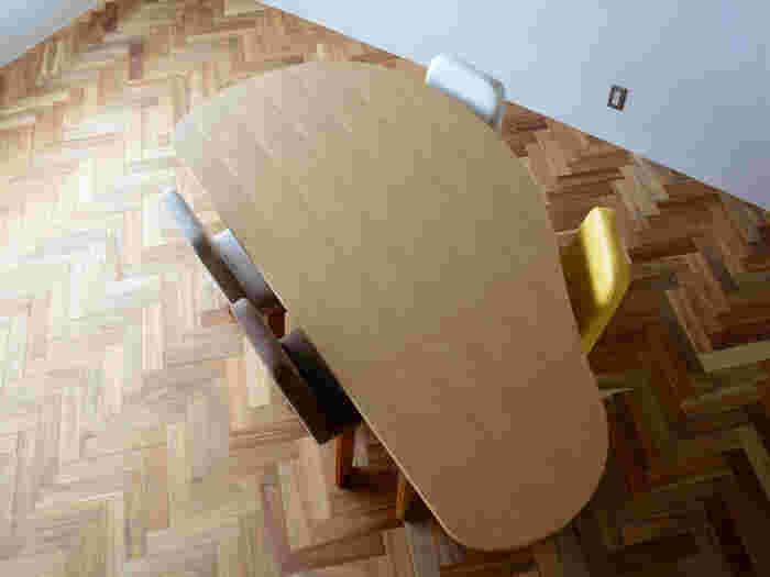 収納付変形ダイニングテーブルSHUNO(シュノ)は見た目に特徴的なダイニングテーブル。ゆらりとした楕円のラインがアートを感じさせて素敵です。天然のタモ材だから、経年変化も楽しめます。