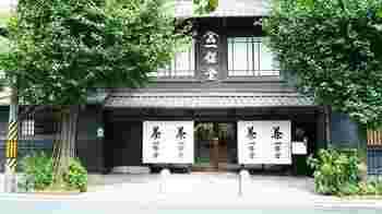 「一保堂茶舗」は御所の南東に位置しています。  京都御所「寺町御門」か「富小路口」から出て、寺町通をずっと南に下がったところにあります。