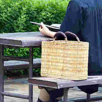 モロッコの職人さんがひとつひとつ手作業で編んでいるというストローかごは、軽くて、マチも広いのでたっぷりとモノが入ります。大きく口が開くので、買ったものを入れやすいんですよ。持ち手には革があてられていて、手も痛くなりません。可愛いアクセントにもなっていますね。