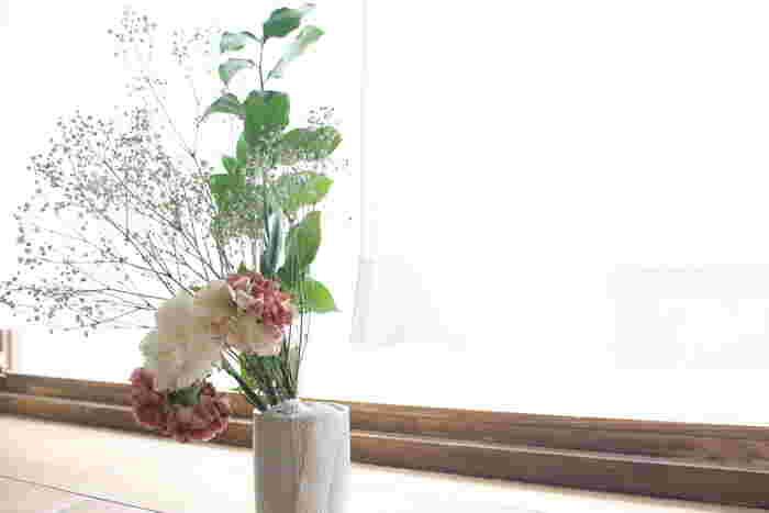 水を少しだけ入れて、そのまま花瓶などに挿しておくと勝手にドライフラワーになるという超簡単な方法も! 吊るさないことで花が閉じずに丸い形を保ったまま作れます♪かすみ草のドライフラワー化に最適です。  ※筆者撮影