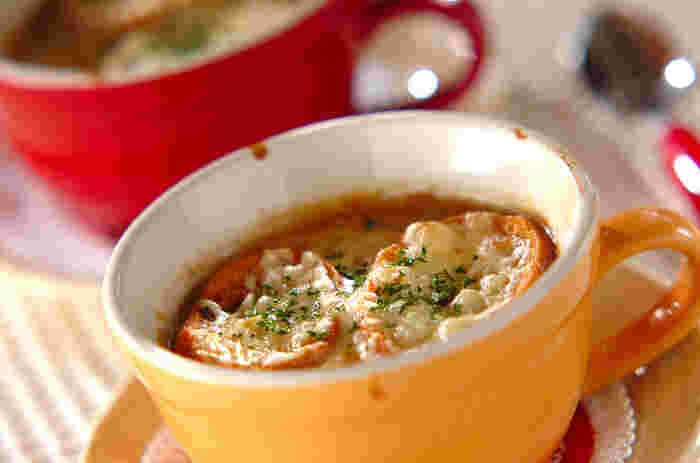 みんな大好きオニオングラタンスープ。寒い冬は身も心もほっかほかになり、とくにおいしく感じられますね♪こんがり焼けたチーズと、玉ねぎやブイヨンのうまみがたっぷりしみ込んだバゲットのハーモニーは絶妙!贅沢な一品料理としても楽しめます。