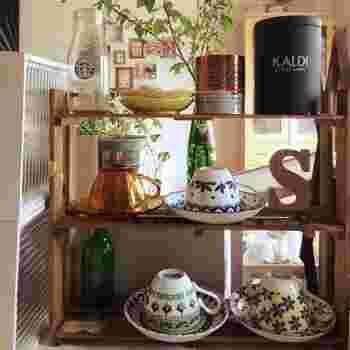 キッチンカウンターにちょうどいいサイズのカップ棚は、材料費たったの200円。しかも、ビスを使わずにボンドで組み立ててあるので作業もお手軽♪ブライワックスとステンシルでアンティーク調に仕上げてあります。