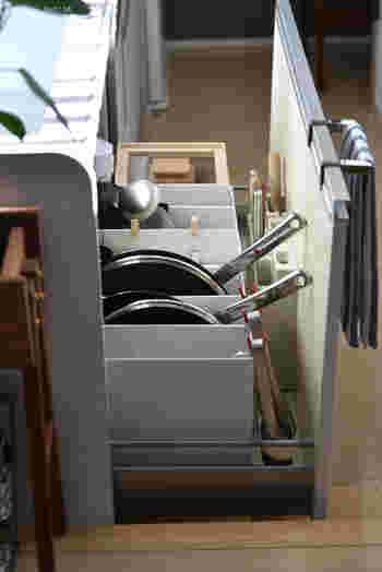 サラダやパスタ料理の時に出番が多い「トング」は、引き出しに収納してしまうと、取り出しにくい時がありますよね。そんな時にはこちらのブロガーさんのように、クリップを活用した引っ掛け収納に変えてみませんか?