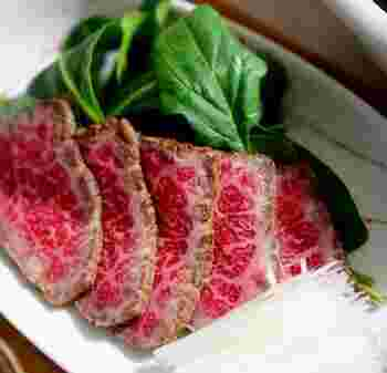 牛肉のたたきを味噌漬けに。付け合せに白髪葱やスライスオニオンなどを添えるとおいしさがアップします。