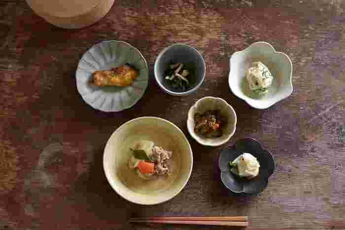 和食で主に使われているのは、ぽってりと素朴の優しさがある陶器。粘土を原料としていて、低温で焼き上げられています。吸水性があり、磁器より柔らか。ざらっとした感触が特徴です。