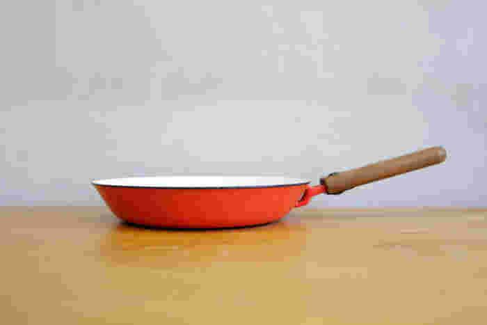 こんなおしゃれなフライパンがあったら、お料理も楽しくなりそう♪こちらはフィンランドのホーローフライパンで、ヴィンテージのアイテムです。キッチンがぐっと北欧テイストになりますね。