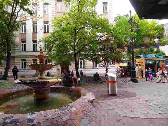 こちらは建物の前にある広場。地面が隆起していたり、左右非対称の噴水があったりと、曲線を好んだフンデルトヴァッサー氏のデザインが活きています。