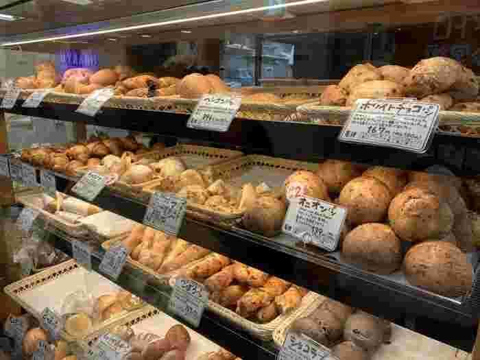 お惣菜パンもデザートパンも取り揃えていて、お値段もお手頃。平日は新宿で働く方々で賑わい、休日は家族連れでにぎわっています。