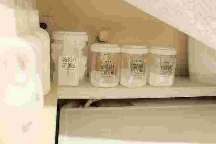 重曹やクエン酸などお掃除に活躍する粉末洗剤は、統一した容器に詰め替えておくと、出しっぱなしでも気になりません。メラミンスポンジなどの使い捨て道具も一緒にしておくと、掃除の効率がアップします。