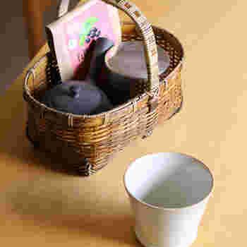 持ち運びに便利なござ目かごは、お茶セットやカトラリー、リモコンの収納など幅広い用途に活躍してくれます。テーブルや棚に置くだけで絵になる美しいカゴは、自分用はもちろんのこと、大切な方へのギフトにもおすすめですよ。