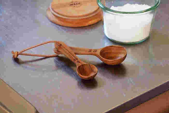 軽くて丈夫なチーク材で作られた計量スプーン。木の優しい質感が、キッチンに彩りを添えてくれそう。レザーの紐で繋げてあるのもかわいらしい。