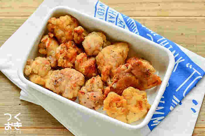 お弁当のおかずで不動の人気を誇るのは、やっぱり鶏のから揚げですよね。こちらはさっぱりとした塩レモン風味。朝から揚げ物を作るのはなかなかの手間ですが、まとめて作り置きしておけばお子さんのお弁当にも大活躍します。