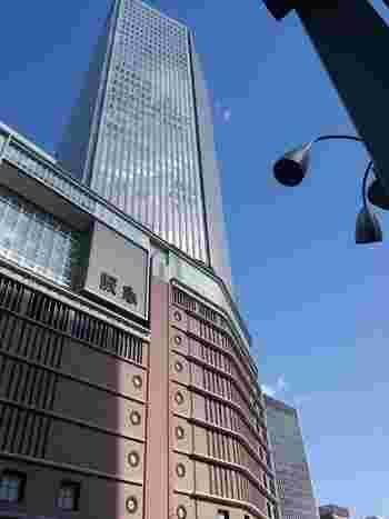 始まりは1920年(大正9年)。現在と同じ梅田阪急ビルでの営業は、1929年からという歴史を持つのが『阪急百貨店うめだ本店』です。その後、増築を重ねてきましたが、老朽化もあり全面建て替えを行うことに。2012年11月、新店舗での全面開業となりました。  阪急梅田駅と直結していて、JR大阪駅からも横断歩道をひとつ渡るだけで着きます。関西でもセレブ感漂う阪急電鉄沿線のイメージそのままに、高級感とトレンドをおさえたショップに出会えるのが『阪急百貨店うめだ本店』。通称「うめ阪(はん)」。