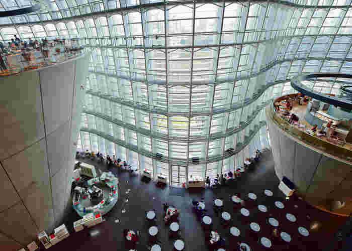 東京メトロ乃木坂駅に直結している「国立新美術館」は、国内最大級の展示スペースを誇る美術館。波状の特徴的なデザインが目を引くガラス張りの吹き抜けには、のんびり寛げるカフェもあります。おひとり様の観光にもぴったりの落ち着いた場所です。
