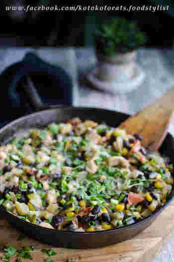 もっと野菜も食べたい!という時はズッキーニやトマト、玉ねぎピーマンそしてチキンを加えてクミン風味で炒めた「メキシカン風ズッキーニ 」がオススメです。レタスとアボカド、サルサソースと一緒にトルティーヤに巻けばちょっぴりヘルシーテイストで栄養満点のタコスが完成しますよ。