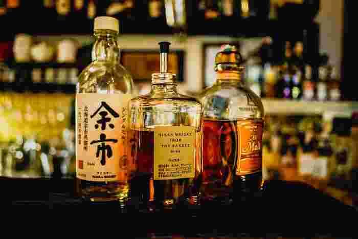 ウイスキーは、大麦麦芽(モルト)だけを原料にした【モルトウイスキー】と、トウモロコシなどの穀物を原料にした【グレーンウイスキー】の2種類に分かれます。そして、その2種類を組み合わせたものが【ブレンデッドウイスキー】です。蒸留方法によって、さらに細かな種類に分類されているんです。