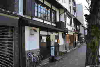 京都御所の出口の1つ「富小路口」からほど近く、丸太町通を1本隔てたところにあります。古民家のしつらえが、なんとも京都ならでは!