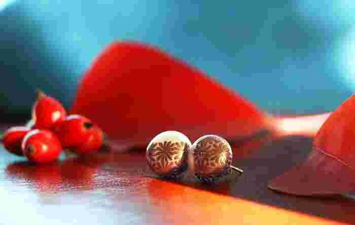 先ほど紹介した真珠のジュエリー(写真)は、KARAFURUを代表する人気シリーズ「MAKIEパール(和柄)」。 漆工芸技法のひとつ「蒔絵(まきえ)」の技術で、京漆器を手がける女性蒔絵師が、大粒のパールに24金の金粉を使ってひとつずつ丁寧に蒔絵を施した、伝統技と現代的なデザインが見事に融合したジュエリーです。