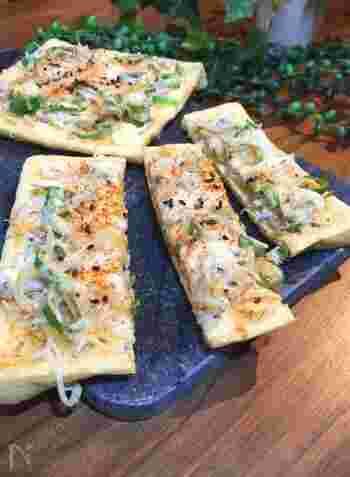 ピザ生地がなくても、油揚げを使うと和風なピザに仕上げることができますよ。じゃことねぎのシンプルな具材ですが、胡麻の風味がシラスの塩味ととても合います。