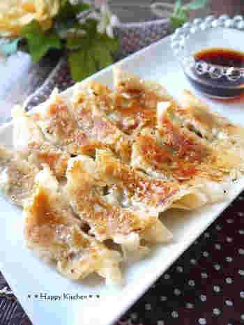 ワインに合いそうなプチトマトとチーズ入りの餃子はポン酢と醤油を合わせたタレで召し上がれ。