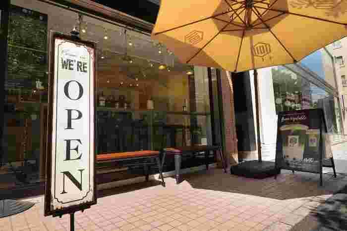 自由が丘駅の南口からすぐトレインチのすぐお隣にあるタピオカ専門店「千十一(センジュウイチ)」は、大きなガラス窓とパラソルが目印です。