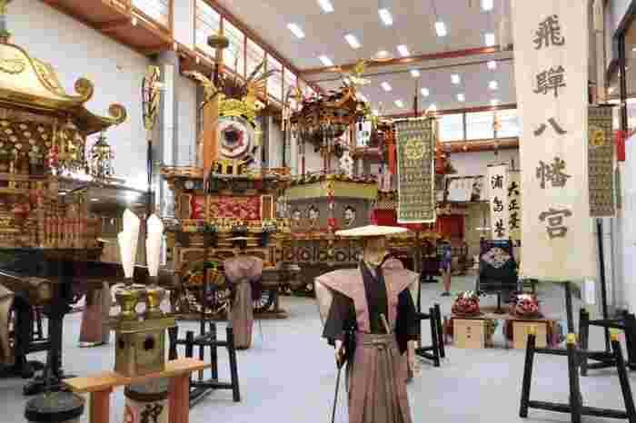 桜山八幡宮境内にある高山屋台会館には、秋に行われる高山祭の実物屋台11台のうち、4台が常時展示されています。展示されている実物屋台4台は、毎年3月、7月、11月に入れ替えが行われます。ここでは、高山祭開催時期に飛騨高山を訪れることができなくても、高山祭がどのようなものであるのかを知ることができます。