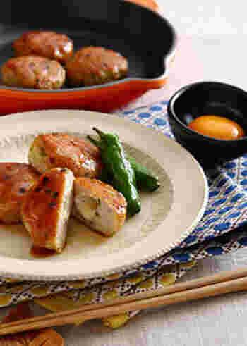 蓮根とひき肉を合わせて甘辛く味付けしたつくね風のレシピは、蓮根料理の中でも定番のひとつ。刻んだ蓮根の歯ごたえも楽しいおかずです。チーズをプラスすることでボリュームも出て、満足感もアップしますよ。
