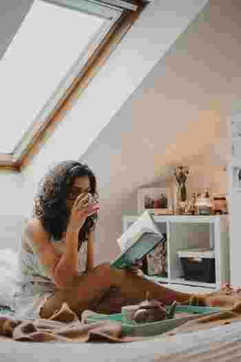 集中するあまり座りっぱなしでの作業が何時間も続いてしまう、家の中でも同じ体勢でテレビを見ている、そんな日常の中で知らない間に習慣化されてしまっていることが、お尻のコリを招いてしまっているのです。