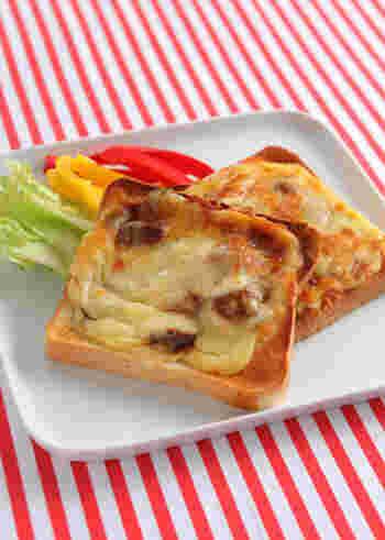 前日の残り物をリメイクしたトースト。エコで、しかも時短なうれしいアイデアです。こちらは、残ったカレーを活用。チーズもからんで、残り物とは思えないおいしさです。